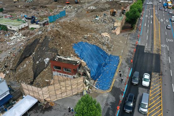 11일 오전 광주 학동 재개발지역 철거건물 붕괴 사고 조사가 진행되고 있다. [연합뉴스]