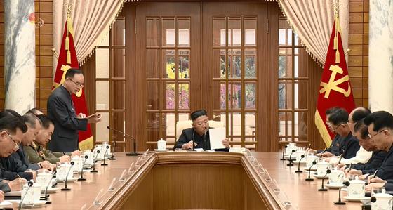 김정은 북한 국무위원장이 지난 4일 열린 제8기1차 정치국 회의에서 조용원 조직비서로부터 보고를 듣고 있다. [연합뉴스]