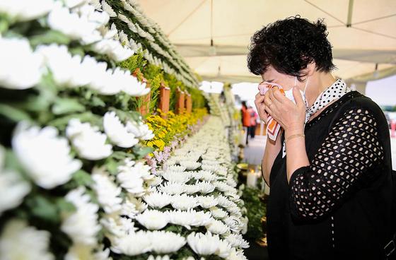 광주 재건축 건물 붕괴 사고 희생자 합동분향소가 광주 동구청에 마련되어 한 희생자의 여고동창생이 친구의 사진을 보며 슬픔에 잠겨 있다.  프리랜서 장정필