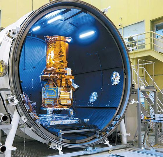 2018년 공개한 50㎝급 해상도를 가진 쎄트렉아이의 차세대 관측위성 스페이스아이X. 우주상황을 가정한 진공챔버 실험을 하고 있다. [사진 쎄트렉아이]
