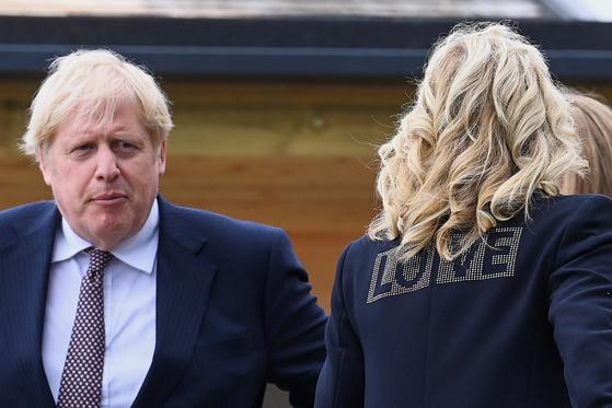 영국 보리스 존슨 총리와 대면하고 있는 질 바이든 여사. 재킷의 'LOVE'라는 글자가 돋보인다. 로이터==연합뉴스