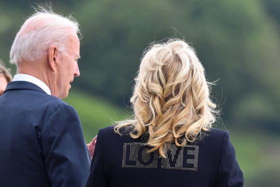 영국을 방문 중인 미국 대통령 부인 질 바이든 여사가 10일(현지시간) 보리스 존슨 영국 총리 부부와 만났다. 질 여사는 등에 'LOVE'라고 적힌 재킷을 입었다. [AFP=연합뉴스]
