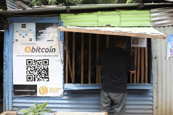 엘살바도르의 한 상점에 비트코인으로 물건을 살 수 있다는 안내문이 붙어있다. [AP=연합뉴스]