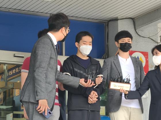 취재진 앞에 얼굴을 드러낸 김영준씨. 권혜림 기자