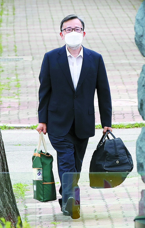 김학의 전 법무부 차관이 10일 7개월 만에 보석으로 풀려나 서울구치소를 나서고 있다. 대법원은 이날 김 전 차관의 원심을 파기하고 사건을 서울고법으로 돌려보냈다. [뉴시스]