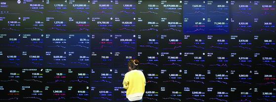 지난 5월 27일 오전 서울 강남구에 위치한 암호화폐 거래소 업비트 라운지 시세 전광판에 비트코인과 알트코인들의 시세가 표시되어 있다. 연합뉴스
