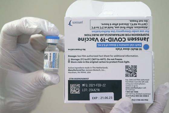 신종 코로나바이러스 감염증(코로나19) 얀센 백신접종 이틀째인 11일 오전 서울 종로구의 한 의원에서 의료진이 얀센 백신을 들어보이고 있다. 뉴스1