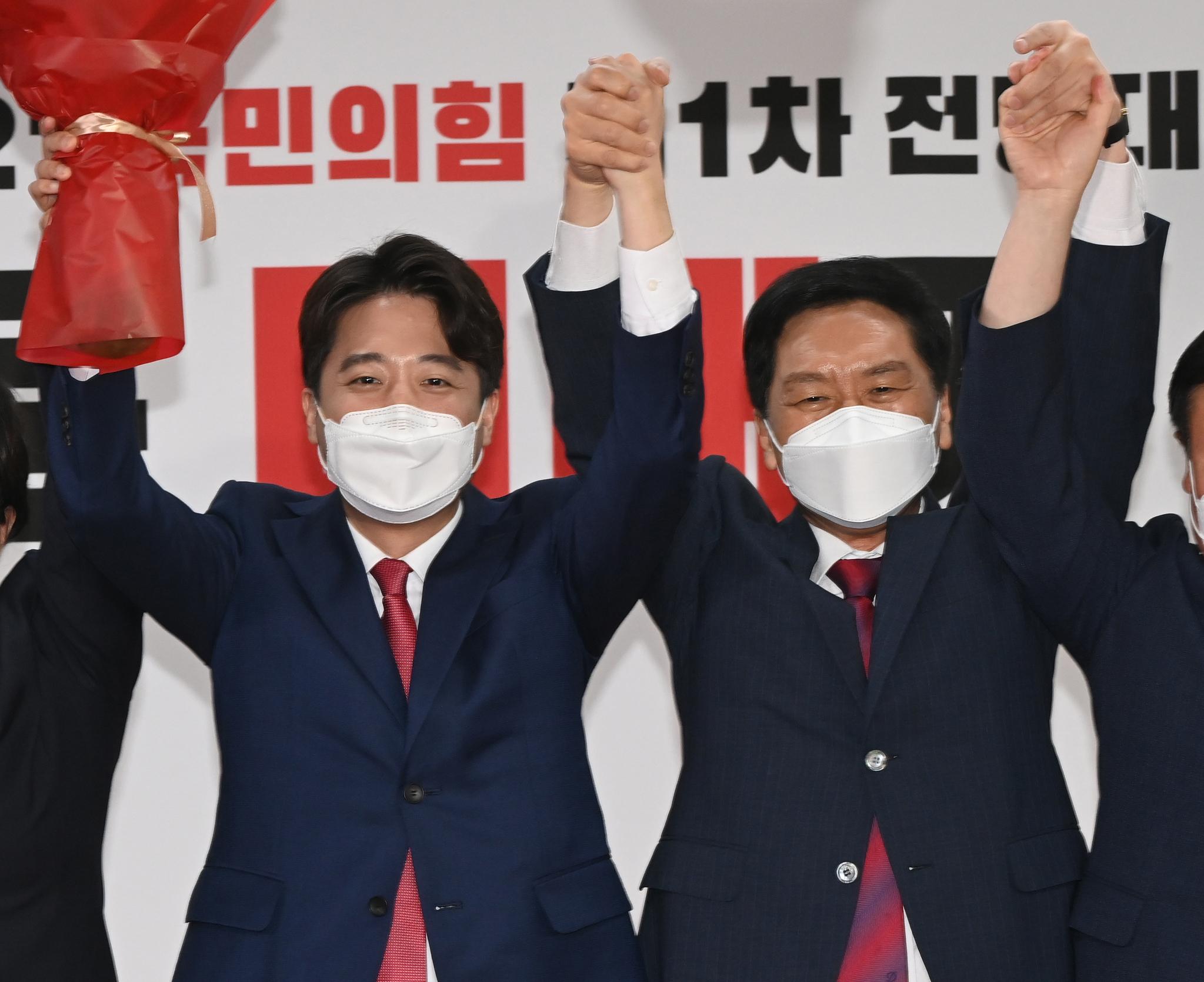이준석 국민의힘 대표 당선자(왼쪽)가 11일 오전 서울 영등포구 국민의힘 당사에서 열린 전당대회에서 당선자 지명 후 인사하고 있다. 오종택 기자