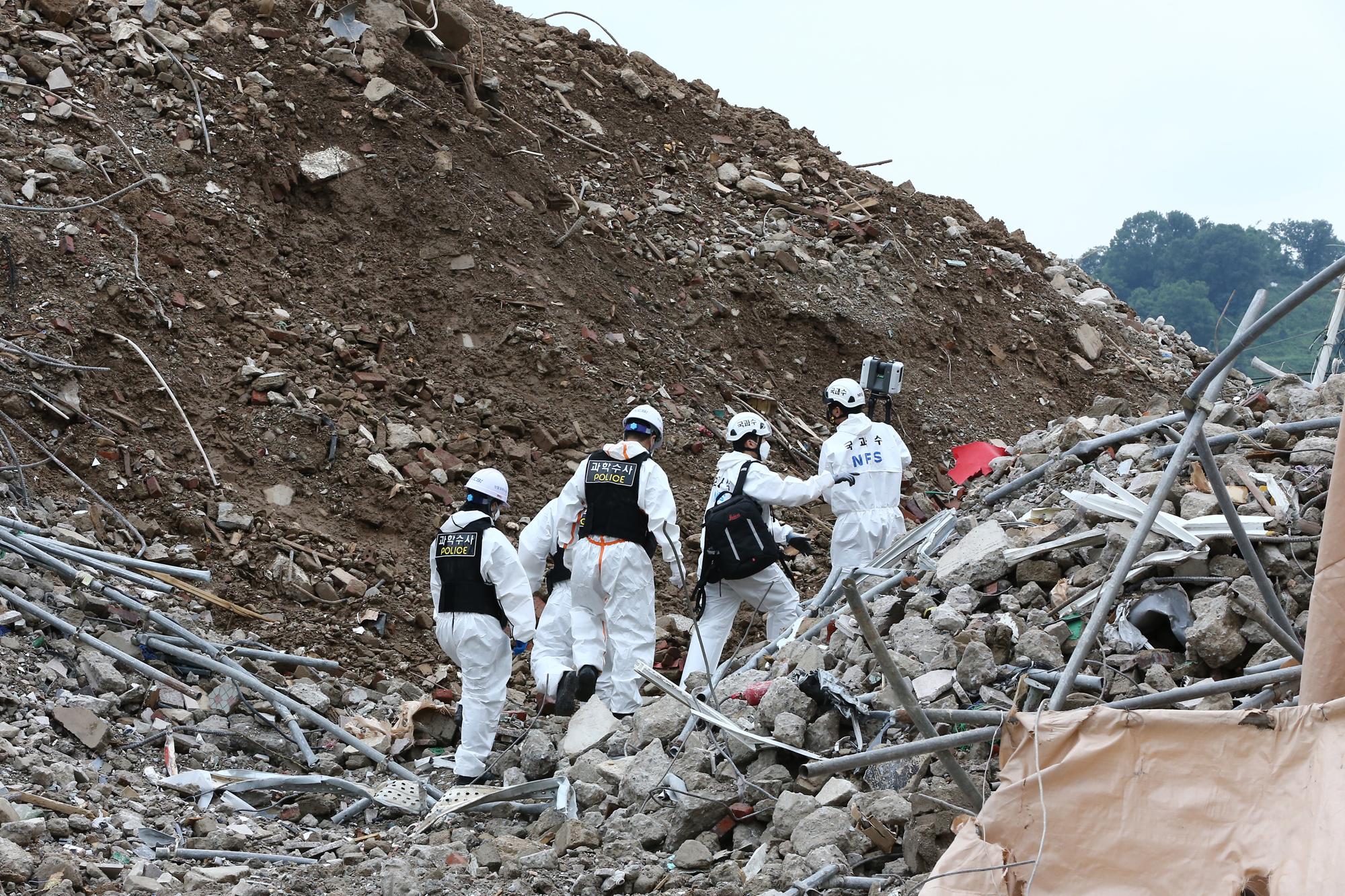 10일 오후 17명 사상자 낸 광주 재건축 건물 붕괴사고 현장에서 합동감식을 하고 있다. 중앙포토