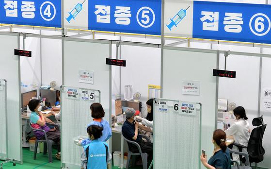 대전의 한 예방접종센터에서 의료진이 시민들에게 화이자 백신을 신중히 접종하고 있다. 김성태 기자
