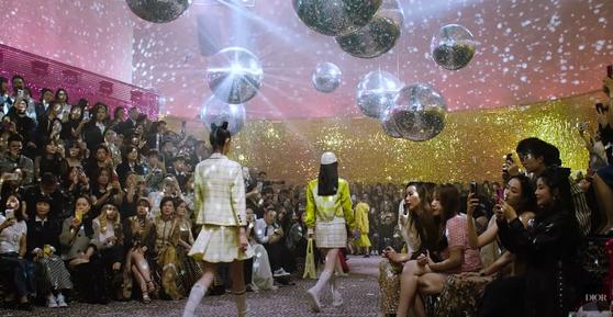 지난 4월 상하이에서 열린 디올 패션쇼. 1000여명의 관객이 마스크를 착용하지 않고 관람 중이다. 사진 디올 유튜브 캡처
