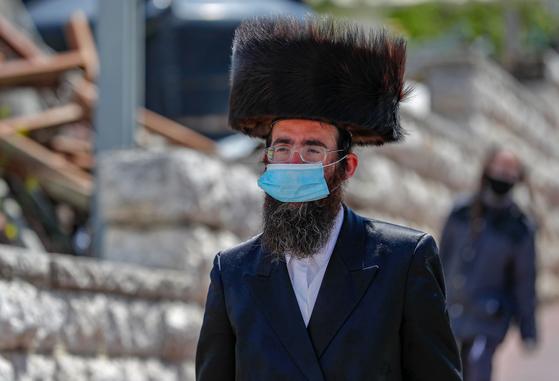 이스라엘의 초정통 유대인이 여우의 털로 만든 모자 '슈트레이멜'을 쓰고 있다. 이스라엘은 세계 최초로 패션용 모피 판매를 금지하는 법안을 통과시켰다. 다만 슈트레이멜과 같이 종교적인 이유로 착용하는 모피는 예외로 뒀다. [AFP=연합뉴스]