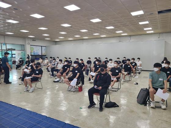 11일 오후2시 경기남부경찰청 제5별관에서 제378차 의경 모집 시험이 치러졌다. 사진 채혜선 기자