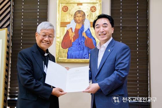 靑, '한국 최초 교황청 장관' 유흥식 대주교에 축전 전달