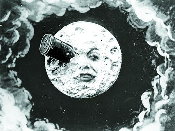 '달세계여행'의 한 장면. 쥘 베른의 소설 《지구에서 달까지》를 각색해서 만든, 조르주 멜리에스 감독의 1902년작 흑백 무성 영화다.