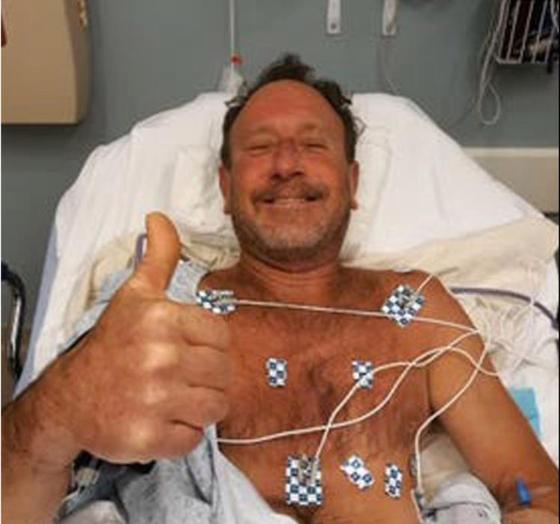 고래 입 속에서 살아 돌아온 미국의 50대 어부 마이클 패커드. 병원에서 치료를 받는 모습이다. 연합뉴스