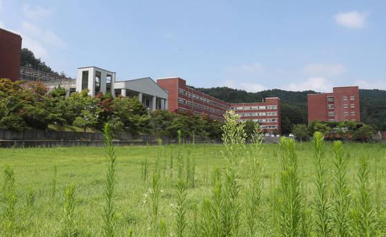 지난 2017년 전북 남원 서남대학교 캠퍼스에 풀이 무성하게 자라있다. 서남대는 대학구조개혁평가에서 최하 등급을 받은 뒤 2018년 최종 폐교됐다. 연합뉴스