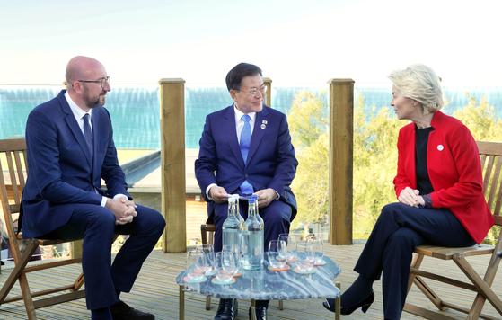 G7 정상회의 참석차 영국을 방문 중인 문재인 대통령이 12일(현지시간) 영국 콘월 카비스베이에서 우르줄라 폰데어라이엔 EU 집행위원장(오른쪽), 샤를 미셸 EU 정상회의 상임의장(왼쪽)과 한-EU 정상회담을 하고 있다. 연합뉴스