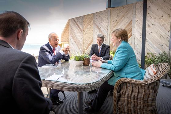 조 바이든 미국 대통령과 앙겔라 메르켈 독일 총리가 12일 주요 7개국(G7) 정상회의가 열리는 영국 콘월에서 양자회담을 했다. [AFP=연합뉴스]