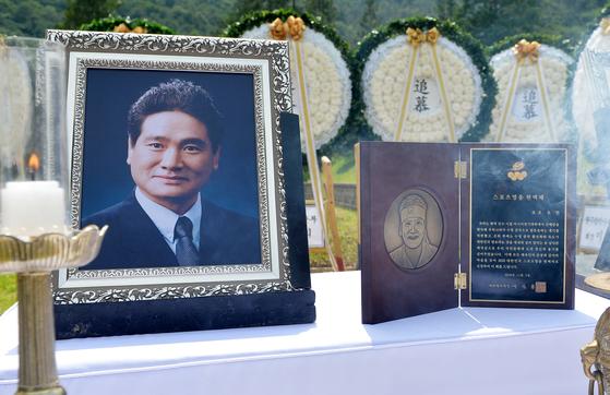 '아시아의 물개' 고 조오련(1952~2009) 선수의 안장식이 12일 오후 국립대전현충원 국가사회공헌자 묘역에서 엄수됐다. 이날 안장식에서 고인에게 헌액패가 봉헌되고 있다. 프리랜서 김성태