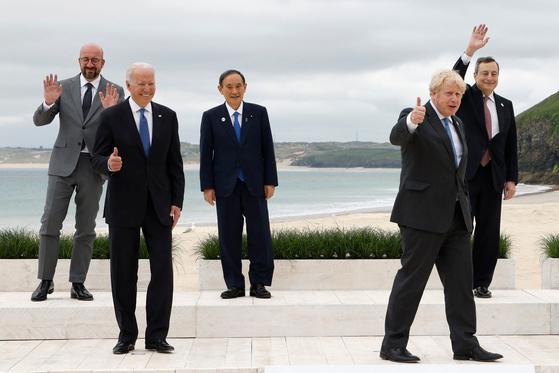 (왼쪽부터) 찰스 미셸 유럽평의회 의장, 조 바이든 미국 대통령, 스가 요시히데 일본 총리, 보리스 존슨 영국 총리, 마리오 드라기 이탈리아 총리가 11일(현지시간) 영국 콘월의 카비스 베이 해변에서 G7 정상회의 시작 전 단체 사진 촬영에 응하고 있다. [AFP= 연합뉴스]