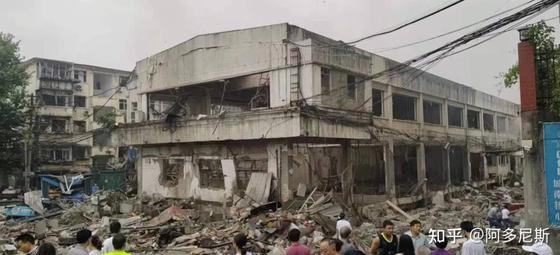 13일 새벽 6시반, 중국 후베이성 스옌(十堰)시의 한 시장 건물에서 갑자기 가스 폭발 사고가 발생했다. 12명이 숨지고 138명이 부상을 당했다. [웨이보 캡쳐]