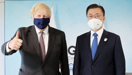 G7 정상회의 참석차 영국을 방문 중인 문재인 대통령이 13일(현지시간) 영국 콘월 카비스베이 양자회담장에서 보리스 존슨 영국 총리와 한-영 정상회담을 하기 전 기념촬영을 하고 있다. 뉴시스