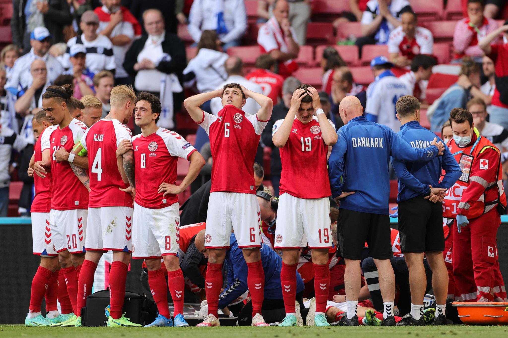 덴마크축구대표팀 선수들이 경기 중 쓰러진 에릭센이 보이지 않게 주위를 둘러쌌다. [AFP=연합뉴스]