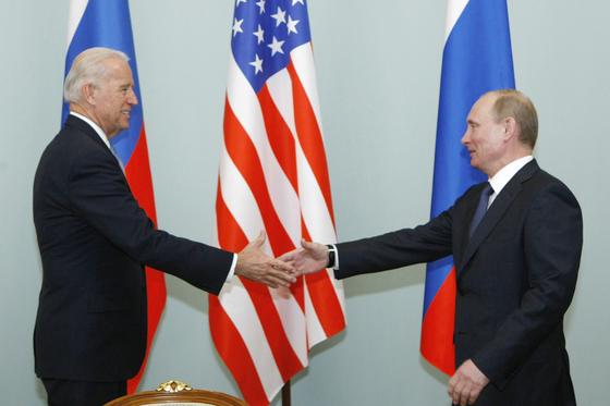 2011년 3월 10일 당시 부통령으로 블라디미르 푸틴 러시아 대통령으로 만났던 조 바이든 미국 대통령이 오는 16일(현지시간) 스위스 제네바에서, 대통령으로 미러 정상회담을 갖는다. [AP=연합뉴스]