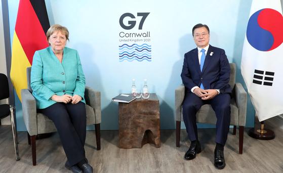 주요 7개국(G7) 정상회의에 참석한 문재인 대통령이 12일(현지시간) 영국 콘월 카비스베이 양자회담장에서 앙겔라 메르켈 독일 총리를 만났다. 연합뉴스