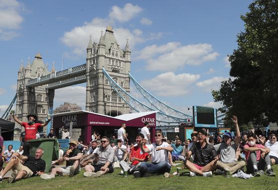12일(현지시간) 런던 포터스 필드에 모인 축구팬들이이 아제르바이잔 바쿠에서 열리는 웨일즈와 스위스의 2020 유럽축구선수권대회를 응원하고 있다. AP 연합뉴스