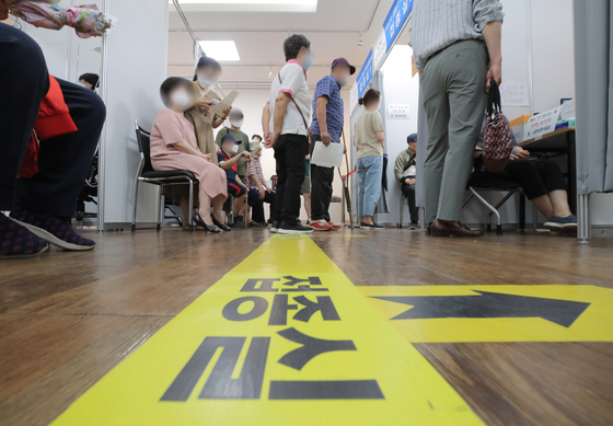 지난 12일 오후 서울 강동구 예방접종센터에서 어르신들이 백신을 접종받고 있다.    연합뉴스