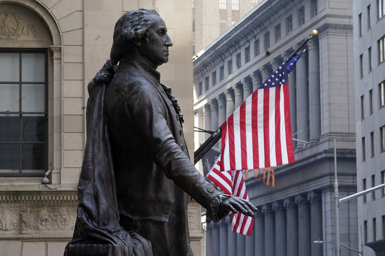 지난 7일 미국 뉴욕 증권거래소 앞에 있는 조지 워싱턴 미국 대통령 동상의 모습.[AP=연합뉴스]