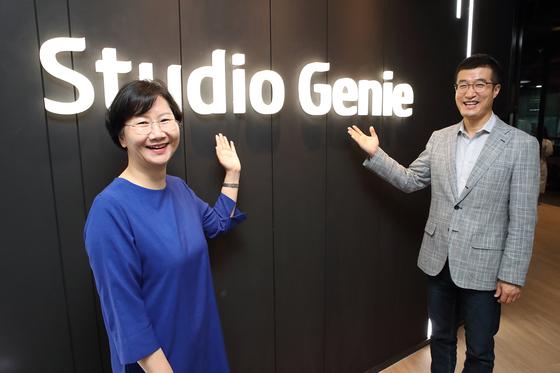 스튜디오 지니 로고 앞에 서 있는 김철연 대표(왼쪽)와 윤용필 대표(오른쪽). [사진 KT]