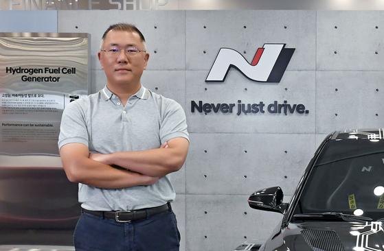 정의선 회장이 서울 양재동 본사에 있는 현대차 고성능 브랜드 N 전시물 앞에서 팔짱을 끼고 있다. [사진 현대차]