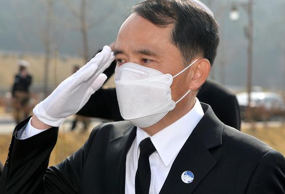 지난 3월 26일 국립대전현충원 천안함46용사 묘역을 찾은 최원일 전 천안함 함장. 중앙포토