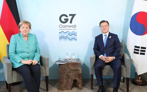 G7 정상회의 참석차 영국을 방문 중인 문재인 대통령이 12일(현지시간) 영국 콘월 카비스베이 양자회담장에서 열린 앙겔라 메르켈 독일 총리와의 양자회담에 참석해 있다. 연합뉴스