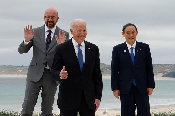 11일 영국 콘월의 G7 정상회의에서 만난 조 바이든 미국 대통령(가운데)과 스가 요시히데 일본 총리(오른쪽), 왼쪽은 샤를 미셸 EU 정상회의 상임의장. [AFP=연합뉴스]
