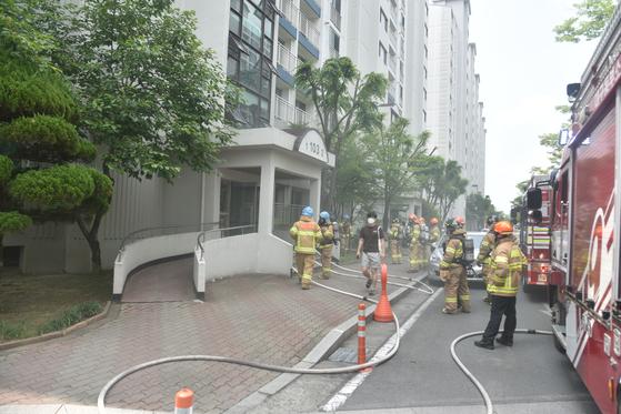 13일 오전 11시24분쯤 대구시 동구 동호동의 한 아파트 1층에서 불이 나 출동한 소방대원들이 화재 진화에 나선 모습. [사진 대구소방본부]
