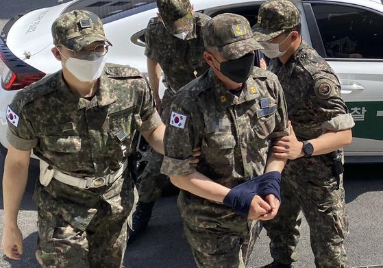 성추행 사실을 알린 이모 중사를 회유하려 한 혐의를 받고 있는 공군 제20전투비행단 노모 준위가 12일 국방부 보통군사법원에서 열린 영장실질심사에 출석하고 있다. 연합