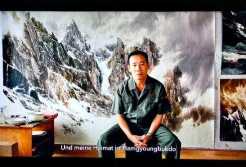 산악 뮤지엄 전시에서 보여준 북한 최고 화가중의 한 명인 최창호 작가 인터뷰. 그는 주로 비바람이 몰아치는 백두산의 전경을 그린다. [사진 최선희]