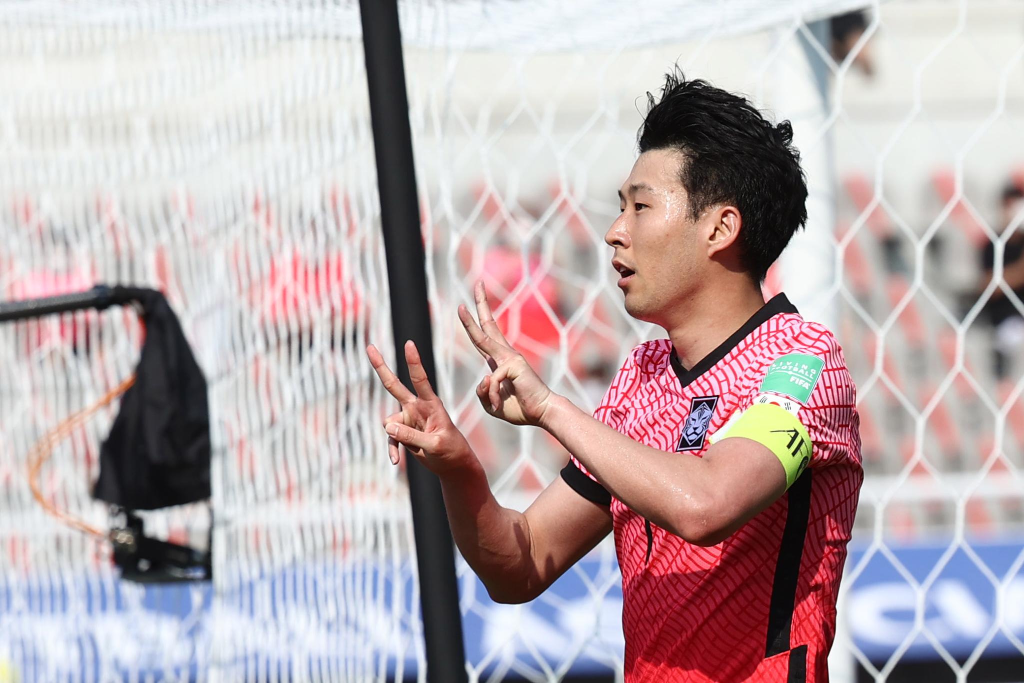 한국축구대표팀 손흥민이 골을 넣고 에릭센 쾌유 세리머니를 펼치고 있다. 손가락으로 에릭센 등번호 23번을 만들었다. [연합뉴스]