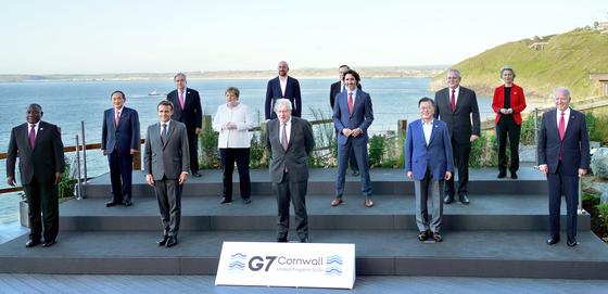 문재인 대통령이 12일(현지시간) 영국 콘월 카비스베이 양자회담장 앞에서 G7 정상회의에 참석한 정상들과 기념촬영을 하고 있다. 앞줄 왼쪽부터 남아공 시릴 라마포사 대통령, 프랑스 에마뉘엘 마크롱 대통령, 영국 보리스 존슨 총리 , 문재인 대통령, 미국 조 바이든 미국 대통령. 두번째 줄 왼쪽부터 일본 스가 요시히데 총리, 독일 앙겔라 메르켈 총리, 캐나다 쥐스탱 트뤼도 총리, 호주 스콧 모리슨 총리. 세번째 줄 왼쪽부터 UN 안토니우 구테흐스 사무총장, 샤를 미셸 EU 정상회의 상임의장, 이탈리아 마리오 드라기 총리, 우르줄라 폰데어라이엔 EU 집행위원장. 뉴시스