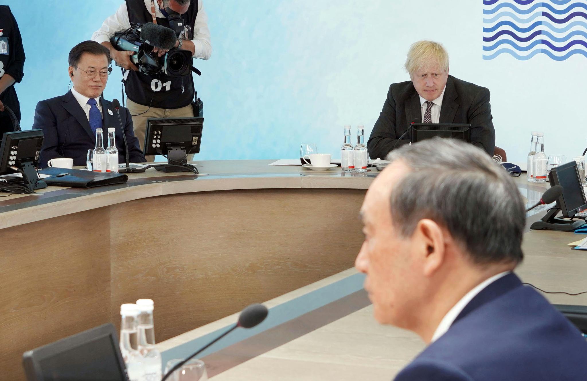 G7 정상회의 참석차 영국을 방문 중인 문재인 대통령이 13일(현지시간) 영국 콘월 카비스베이에서 열린 '기후변화 및 환경' 방안을 다룰 확대회의 3세션에 영국 보리스 존슨 총리, 일본 스가 요시히데 총리(오른쪽 앞)와 참석해 있다. 연합뉴스