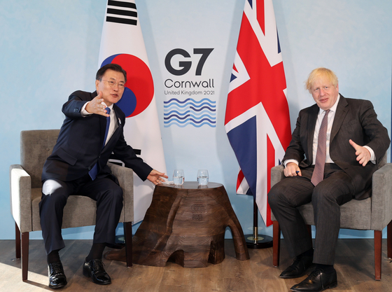 G7 정상회의 참석차 영국을 방문 중인 문재인 대통령이 13일(현지시간) 영국 콘월 카비스베이에서 열린 보리스 존슨 영국 총리와 양자회담에서 대화하고 있다. 연합뉴스