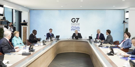 G7 정상회의 참석차 영국을 방문 중인 문재인 대통령이 12일(현지시간) 오후 영국 콘월 카비스베이에서 코로나19 백신 공급 확대 및 보건 역량 강화 방안을 다룰 확대회의 1세션에 참석해 있다. 연합뉴스