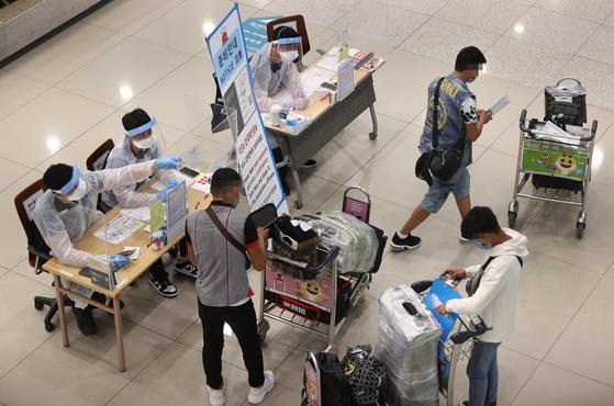 인천국제공항 제1터미널에서 해외 입국자들이 입국 절차를 밟고 있다. 연합뉴스