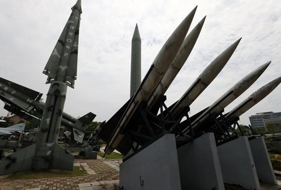 문재인 대통령은 지난달 21일(현지시간) 조 바이든 미국 대통령과의 정상회담 후 가진 공동기자회견에서 한미 미사일 지침 해제에 합의했음을 밝혔다. 사진은 23일 오전 서울 용산 전쟁기념관에 전시된 미사일. 연합뉴스