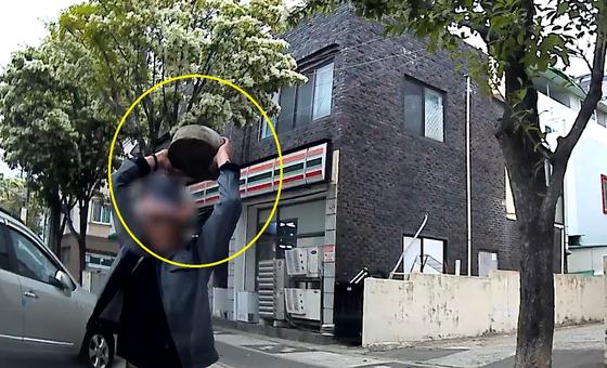 지난 4일 오전 10시20분쯤 대전시 대덕구의 한 주택가에서 60대 남성이 돌로 주차된 차량의 앞 유리창을 내리치고 있다. [사진 대전경찰청]
