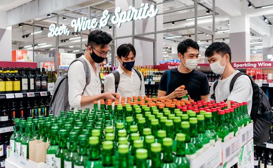 소비자들이 싱가포르의 최대 유통 체인점인 페어프라이스(Fair Price)에서 참이슬과 자몽에이슬 등 과일리큐르를 구입하고 있다. [사진 하이트진로]